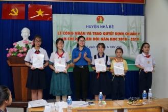 Đ/c Nguyễn Thị Thanh Hằng, Phó Bí thư Huyện Đoàn, Chủ tịch Hội đồng Đội Huyện trao quyết định chuẩn y cho các Liên đội