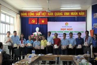 Đ/c Nguyễn Thị Thanh Hằng, Chủ tịch Hội đồng Đội Huyện và Đ/c Phạm Thanh Duy, Phó Chủ tịch Hội đồng Đội Huyện trao quà tri ân đến các Tổng phụ trách