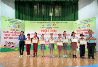 Đ/c Nguyễn Thị Thanh Hằng, Phó Bí thư Huyện Đoàn, Chủ tịch Hội đồng Đội Huyện trao tặng giải cho các thí sinh bảng thi THCS
