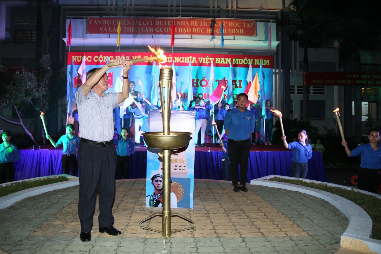 Đ/c Nguyễn Văn Lưu – Bí thư Huyện ủy, Chủ tịch UBND Huyện, Chủ tịch Hội đồng nghĩa vụ Quân sự Huyện thực hiện nghi thức thắp lửa truyền thống tuổi trẻ.
